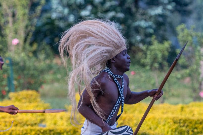 Танцор традиционных руандийских танцев инторе